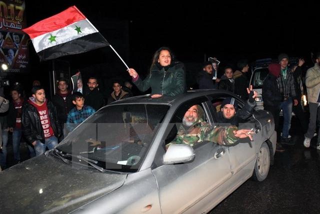 Người dân Syria đổ ra đường mừng vui sau khi thành phố Aleppo được giải phóng hoàn toàn ngày 22/12/2016. (Nguồn: AFP/TTXVN)
