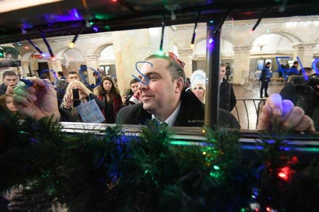 Thị trưởng Moscow Dmitry Pegov tới khai trương đoàn tàu đặc biệt và gửi lời chúc mừng năm mới tới người dân thành phố