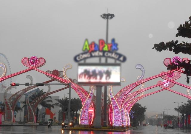 Đường phố Đà Nẵng chiều cuối năm khá vắng lặng do mưa to tầm tã