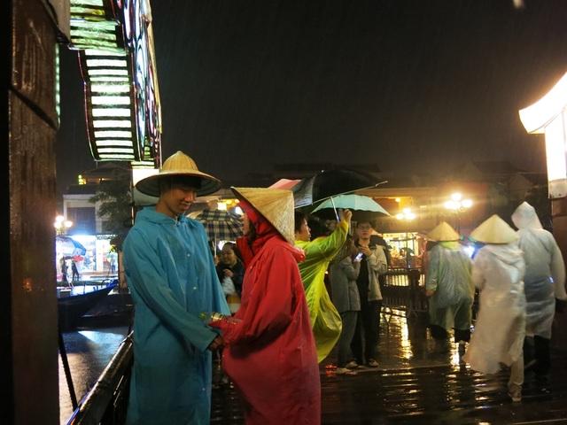 Một đôi trẻ đón năm mới trong mưa đầy cảm xúc.