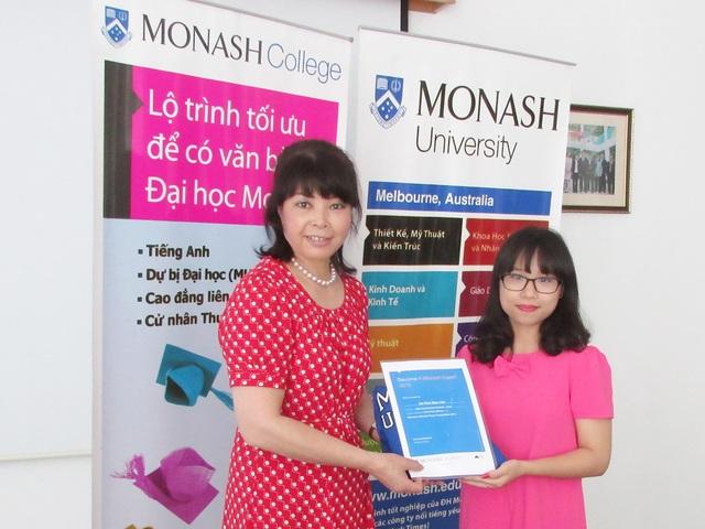 Dr Hoa Levitas (bên trái) trao giải Nhất cuộc thi Become a Monash Expert 2015 cho Đỗ Thái Diệu Linh, trường chuyên ĐHSP Hà Nội