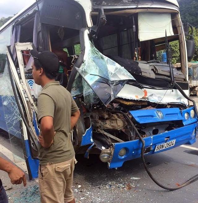 Xe tải dìu xe khách mất phanh lao đèo thoát tai nạn thảm khốc - 2