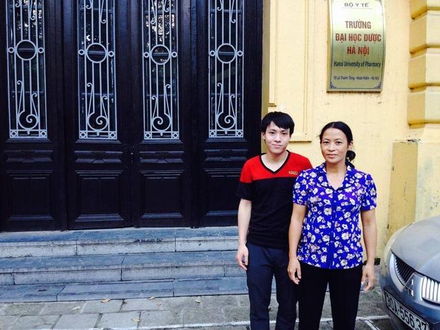 Trung Anh và mẹ tại buổi nhập học tại trường Đại học Dược Hà Nội.