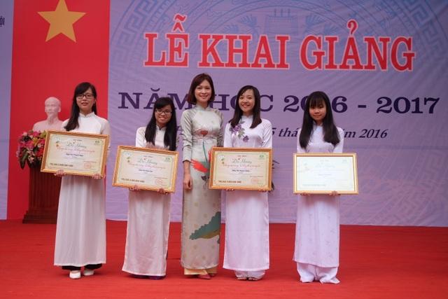 Bà Nguyễn Thị Thùy Dung – Giám đốc nhãn hàng Dạ hương trao học bổng cho 4 em nữ sinh Đại học Dược có thành tích học tập xuất sắc năm học 2015-2016.
