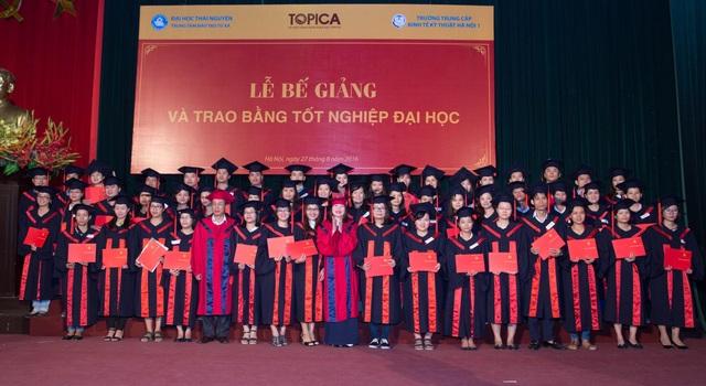 Hơn 300 tân cử nhân Topica E-learning nhận bằng tốt nghiệp ngày 27/8/2016.