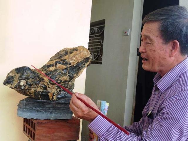 Ông Nguyễn Thanh Nhàn đang mô tả từng đặc điểm trên hòn đá.