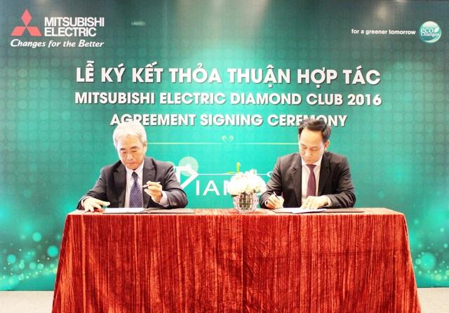 Ông Takeshi Egawa - Tổng Giám Đốc Mitsubishi Electric Việt Nam (bên trái) ký kết thỏa thuận với đối tác tại sự kiện MEVN Diamond Club 2016