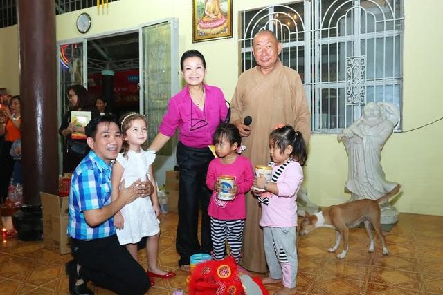 Ca sĩ Khánh Ly quây quần bên các em nhỏ