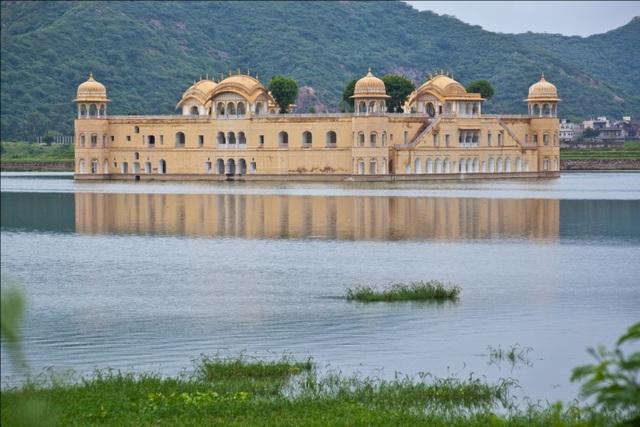Cung điện lộng lẫy ngập trong hồ nước quanh năm - 1