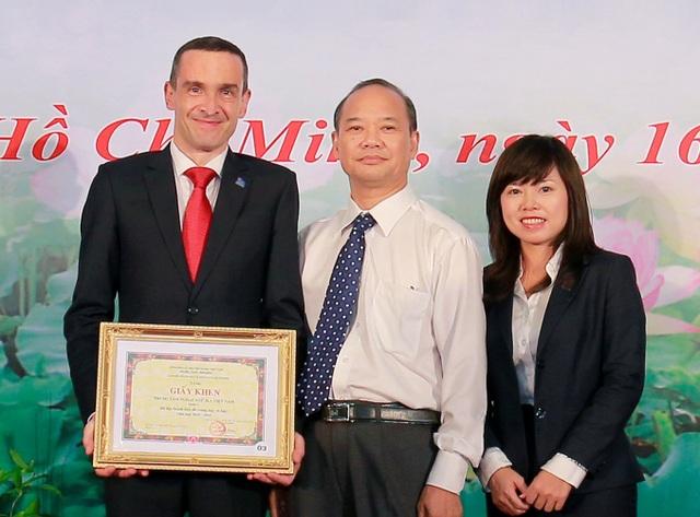 Ông Jonathan Bird - Giám đốc Học vụ, bà Uyên Trần - Giám đốc Hỗ trợ Kinh doanh, đại diện ILA cùng ông Phạm Anh Ba - nguyên Trưởng Phòng Giáo dục thường xuyên.