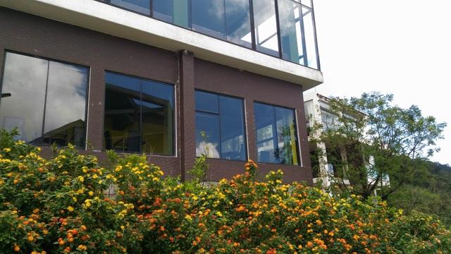 Toà nhà luôn được khách du lịch đến Tam Đảo trầm trồ vì vẻ đẹp nổi bật của nó so với xung quanh
