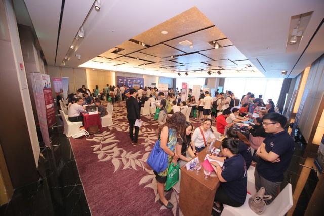 Triển lãm Du học Anh – Úc – Mỹ - Canada diễn ra trong buổi chiều ngày 2/10 tại KS Lotte, 54 Liễu Giai, Ba Đình, HN thu hút sự quan tâm của gần 400 bạn HSSV, các bậc Phụ huynh và cả những người đi làm