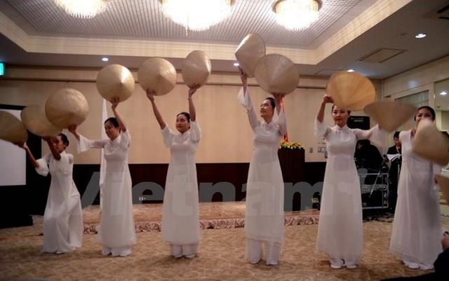 Trình diễn điệu múa nón. (Ảnh: Thành Hữu/Vietnam+)