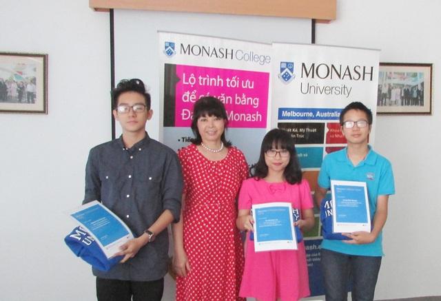 Dr. Hoa Levitas- GĐ cao cấp khu vực ĐH Monash trao giải cho các thí sinh thắng giải cuộc thi năm 2015