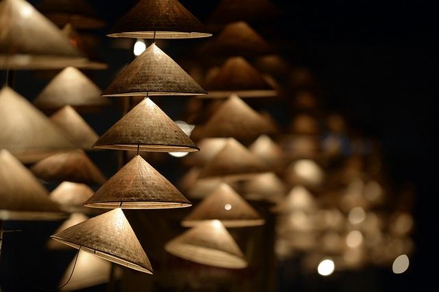 Những chiếc đèn nón lung linh ánh sáng trước giờ Khai mạc.