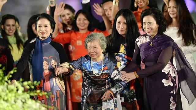 NSND Trà Giang, bà Nguyễn Thị Sính, NTK Minh Hạnh và bà Ngô Thanh Hằng - Phó Bí thư thường trực Thành ủy Hà Nội chụp ảnh lưu niệm cùng các nghệ sĩ - người mẫu tham gia chương trình.