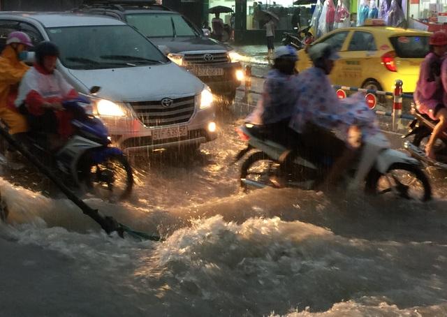 Nhiều tuyến đường ở vùng phía Đông Sài Gòn ngập nặng sau cơn mưa như trút nước chiều 16/10.