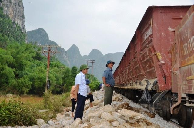 Sau 3 ngày nỗ lực khắc phục, đến 15h30 phút chiều nay 17/10, đoạn đường sắt đi qua địa phận tỉnh Quảng Bình đã chính thức thông tuyến giai đoạn 1 với vận tốc từ V=5km/h (Ảnh: Công ty CP Đường sắt Quảng Bình cung cấp)
