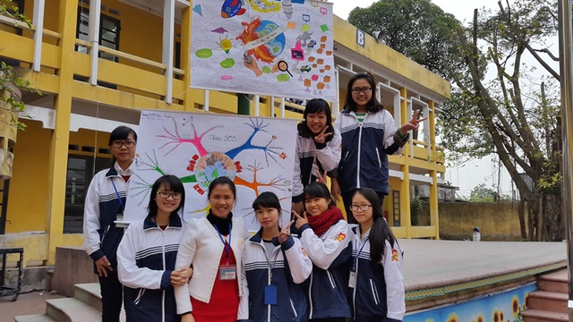 Cô giáo Nguyễn Diệu Linh và học sinh của mình