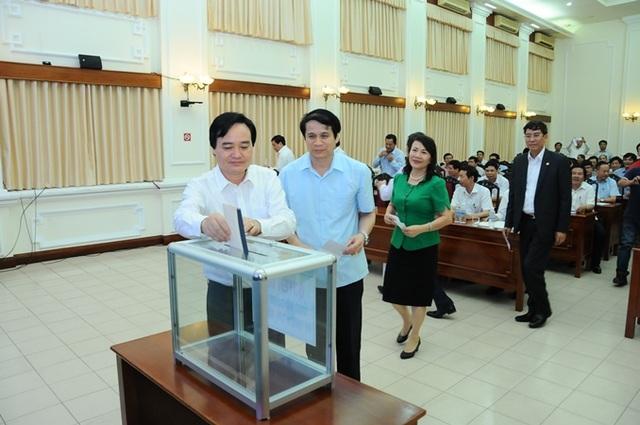 Bộ trưởng Phùng Xuân Nhạ ủng hộ đồng bào lũ lụt miền Trung.