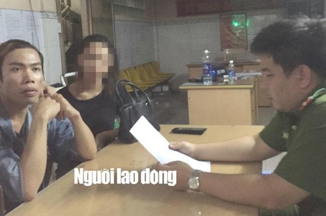 Tùng Sơn (Trái) đang trình báo tại Công an phường 1 (quận 5, TP HCM) vào chiều 16-5.