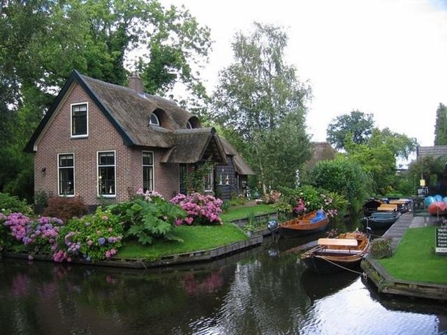 Ngôi làng 700 năm không sửa đường, đến nhà hàng xóm phải chèo thuyền - 2