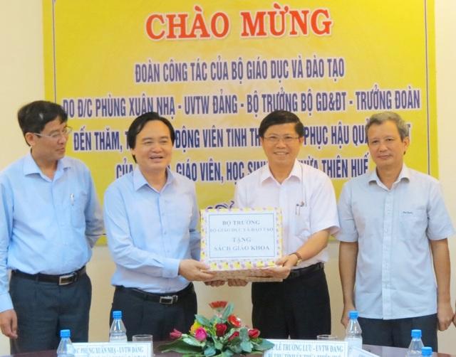 Bộ trưởng tặng sách giáo khoa cho tỉnh Thừa Thiên Huế