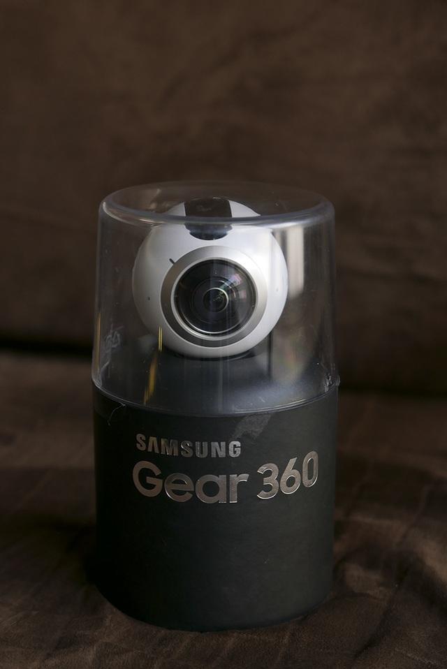 Gear 360 được đóng hộp rất đẹp mắt với hộp hình trụ, phía trên là nhựa trong, nhìn xuyên suốt sản phẩm ở bên trong