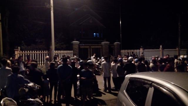 Rất đông người dân tụ tập xung quanh hiện trường vụ án