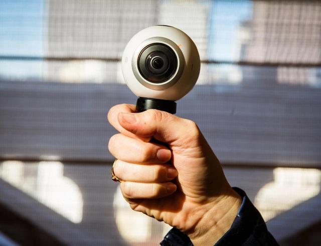 Với hai camera góc siêu rộng có khả năng hoạt động độc lập, mọi hình ảnh xoay quanh Gear 360 đều sẽ được bắt trọn trong một lần bấm duy nhất.
