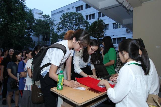 Các bạn sinh viên xếp hàng đăng ký tham dự lễ phát động cuộc thi.