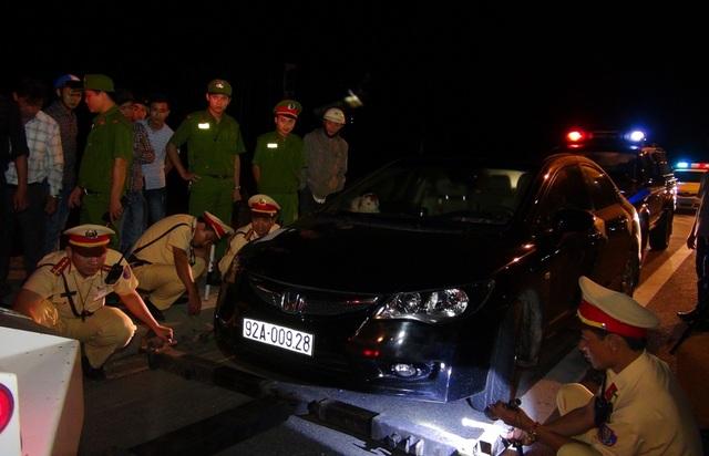 CSGT tiến hành xử lý trường hợp lái xe ô tô vi phạm của ông Ngọc (ảnh do Công an cung cấp).