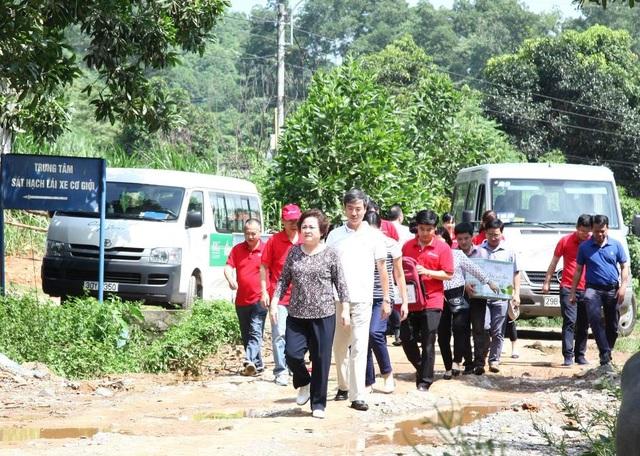 Madame Nguyễn Thị Nga dẫn đầu đoàn từ thiện trong chương trình Đồng hành cùng Cặp lá Yêu thương tháng 8 năm 2016 tại tỉnh Lào Cai