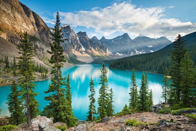 Canada là một quốc gia nằm ở Bắc Mỹ, đứng đầu danh sách này bởi phong cảnh thiên nhiên đẹp, con người thân thiện, ẩm thực phong phú và giá cả không quá đắt đỏ. Trang web cũng đưa ra lời khuyên cho du khách khi du lịch ở Canada hãy ghé thăm các thành phố Vancouver, Montreal hoặc Toronto.