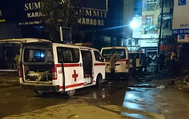 Xe cứu thương đi vào ngõ phía sau khu nhà bị cháy - lúc 21h35