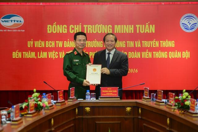 Ông Trương Minh Tuấn, Bộ trưởng Bộ Thông tin và Truyền thông trao giấy phép cung cấp dịch vụ 4G tới Tập đoàn Viễn thông Quân đội Viettel.