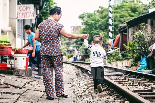 Đường tàu là nơi các em bước những bước đầu tiên... (Ảnh: Thanh Dung/Vietnam+)
