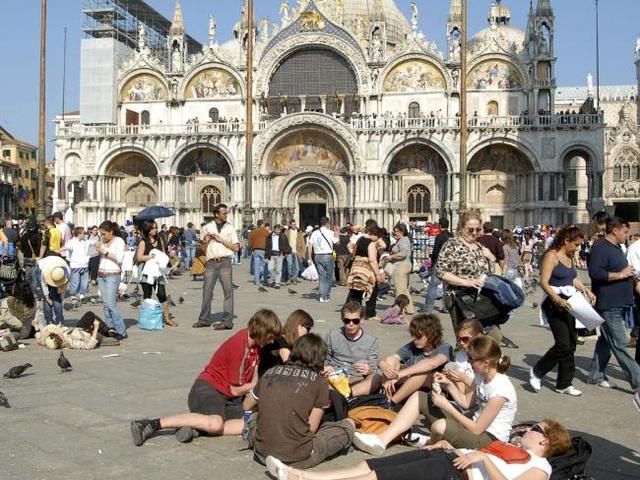 Venice có khoảng 55.000 người là người dân địa phương, nhưng ước tính có khoảng 70.000 khách du lịch đến thành phố này mỗi ngày trên xe lửa, xe buýt và tàu du lịch. Ảnh: AP.