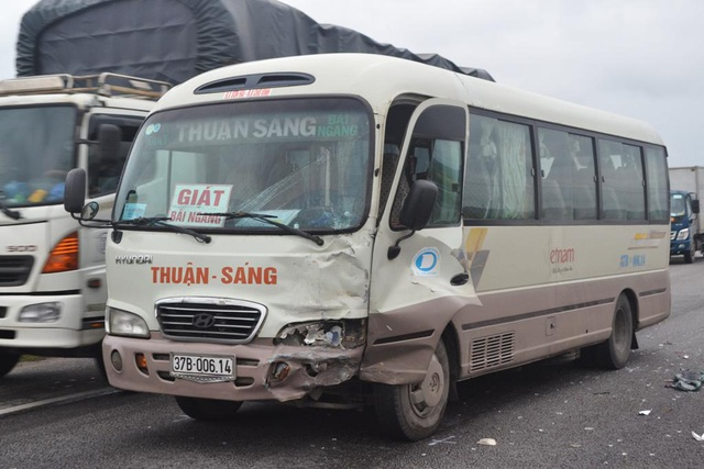 Chiếc xe khách cũng hư hỏng sau khi đâm đuôi ô tô con 4 chỗ.