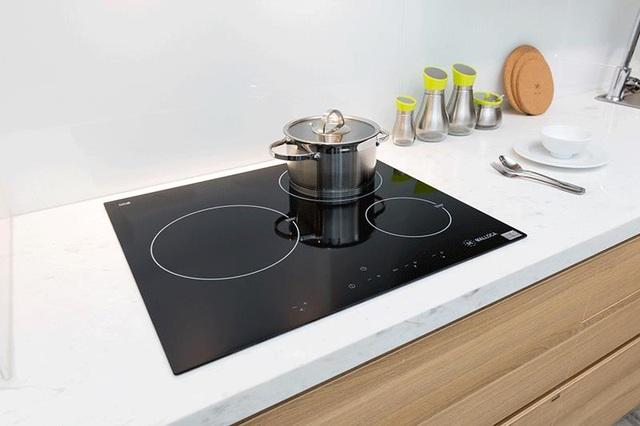 Ngoài thẩm mỹ, bếp điện từ còn thỏa mãn đầy đủ yếu tố tiện ích, an toàn và tiết kiệm