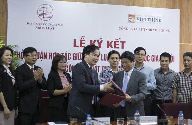 PGS. TS Trịnh Quốc Toản và TS. LS Lê Đình Vinh ký kết và trao Thoả thuận hợp tác.