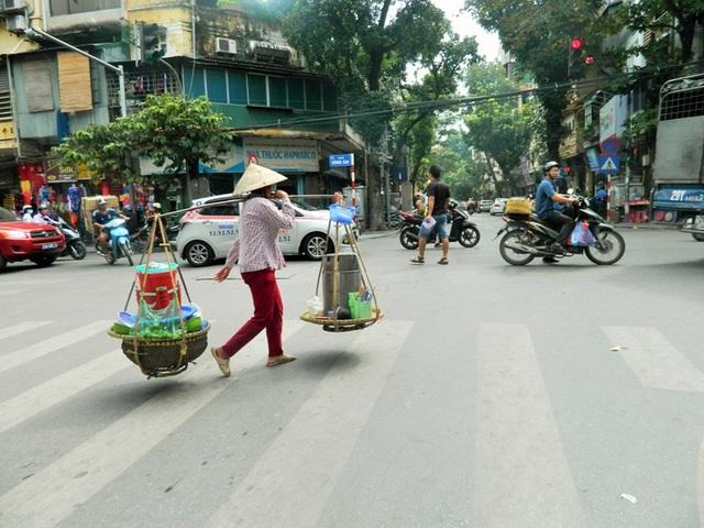 Những gánh hàng rong có thể dễ dàng bắt gặp ở khắp các phố phường.