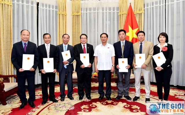 Thứ trưởng thường trực Bùi Thanh Sơn cùng các cán bộ mới được bổ nhiệm, điều động. Ảnh TGVN