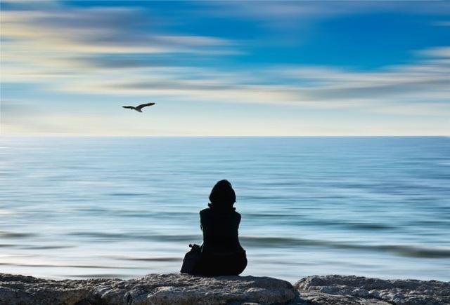 Thưởng thức sự yên lặng: Trong cuộc sống hiện đại ồn ào và vội vã, việc tìm kiếm một không gian yên lặng dường như thật khó khăn. Tuy nhiên, sự yên lặng có thể giúp bạn cảm thấy rất khác biệt: lạc quan hơn và hiểu bản thân mình hơn. Vì vậy, hãy dành một vài phút trong ngày dài bận rộn của mình để đắm chìm trong sự yên lặng.