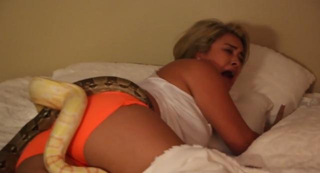 Trong video, cô gái dường như rất bất lực, không dám chuyển động vì quá sợ hãi