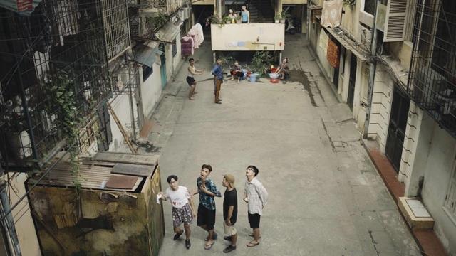 """Clip mở đầu bằng hình ảnh """"chuyện thường như ở huyện"""" của những gia đình nơi phố cổ, tập thể cũ, chung cư xuống cấp trong nội thành Hà Nội."""