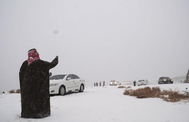 Người dân kinh ngạc khi thấy tuyết rơi giữa... sa mạc - 1