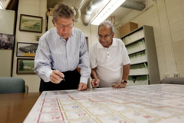 Joe Hamilton (trái) và A. V. Ramayya – những người đã tìm thấy nguyên tố mới Tennissine đang vẽ tay bảng tuần hoàn các nguyên tố hóa học hồi tháng 6