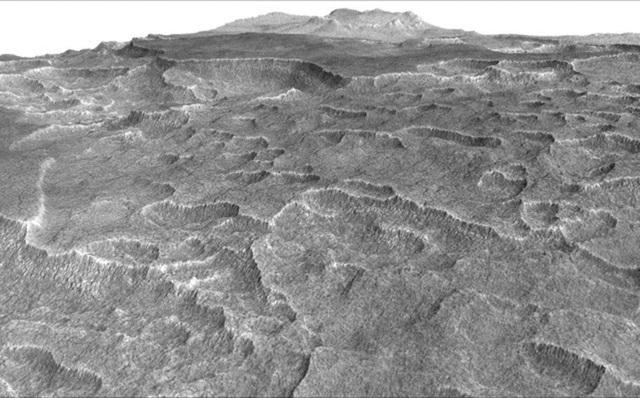 Góc nhìn phóng đại theo chiều thẳng đứng này cho thấy bề mặt lồi lõm hình vỏ sò ở một phần của sao Hỏa, nơi có kết cấu này đã nhắc nhở các nhà khoa học kiểm tra băng bị chôn bên dưới bề mặt. Ảnh chụp bởi ra-đa xâm nhập mặt đất trên tàu Quỹ đạo trinh sát sao Hỏa của NASA.