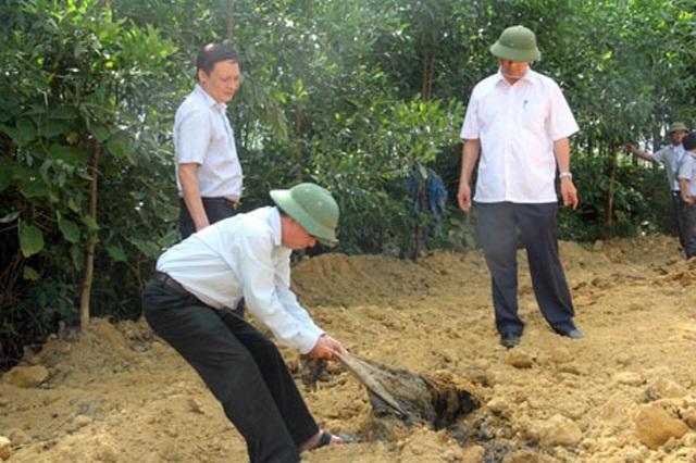 Khiển trách 3 cán bộ trong vụ chôn hàng trăm tấn chất thải của Formosa